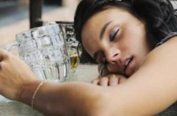 Хочу выйти из запоя, но муж-упырь, не дает, заставляет меня пить